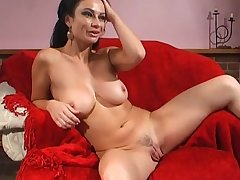 Foxy cougar Avalon Kassani opens her legs to respect her pussy