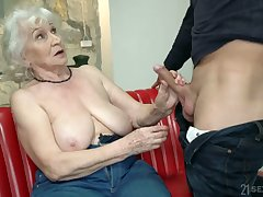 Chubby mature blonde grumble Norma is in reality good at riding fat bushwa