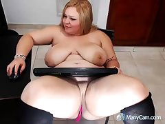 XXX mature fair-haired shows how she masturbate
