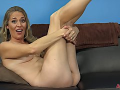 Housewife Lady In Naked Rub in - blond MILF