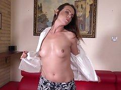 Stunning cougar Caroline Ardolino drills her pussy with a dildo